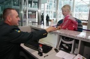 діти перетинають кордон