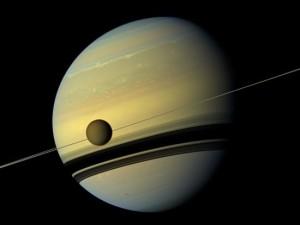 супутник Титан на орбіті Сатурна