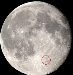 НЛО на фоні Місяця
