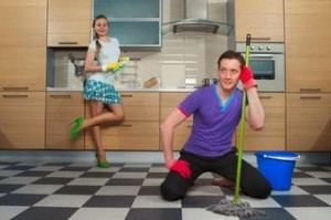 молода пара прибирання