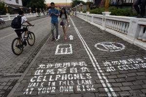 доріжки для користувачів смартфонів Китай