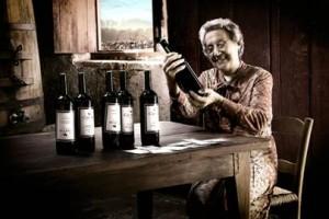вино літня жінка