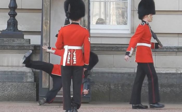 вартовий біля Букінгемського палацу впав