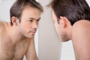 чоловік в дзеркалі