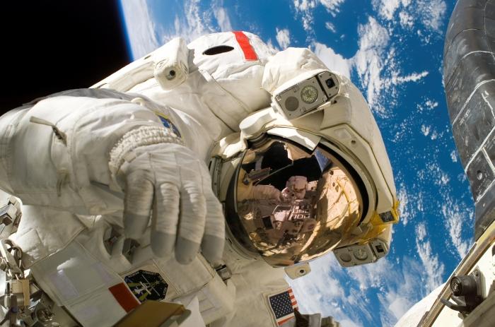 астронавт у відкритому космосі