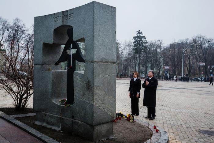 порошенко з дружиною біля меморіалу пам'яті голодомору