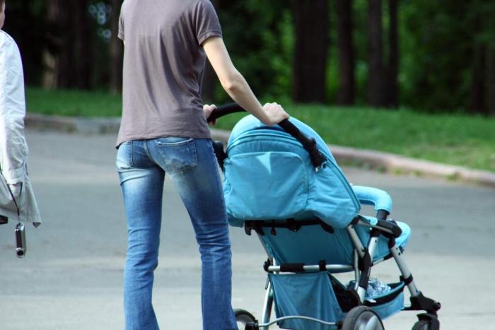 Чоловік гуляє дитиною