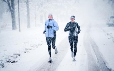 біг жінки зима