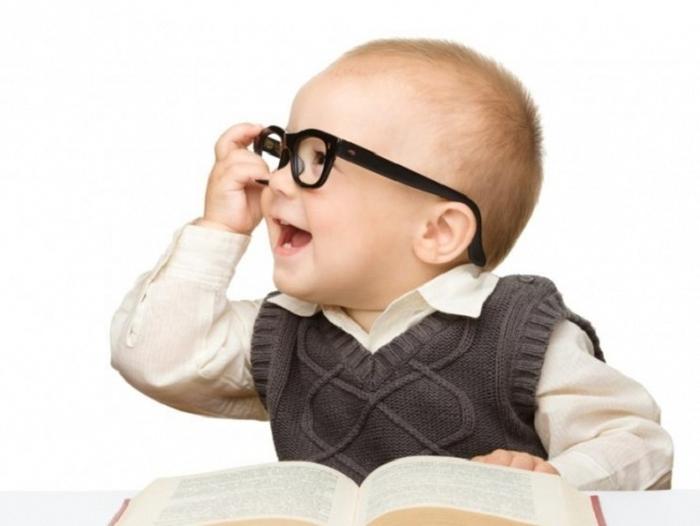маленька дитина і книжка