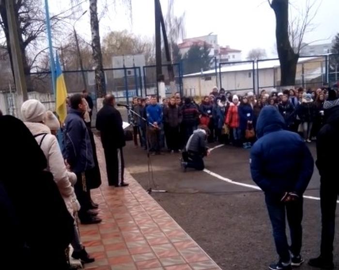 учні училища стоять на колінах