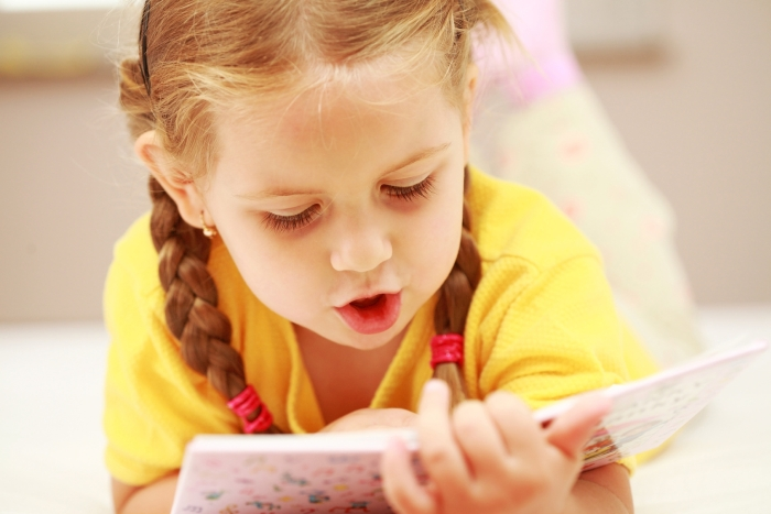 дитина читає