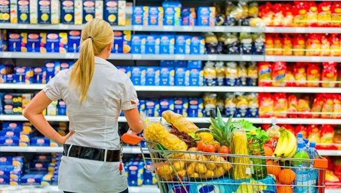 вибір їжі в супермаркеті