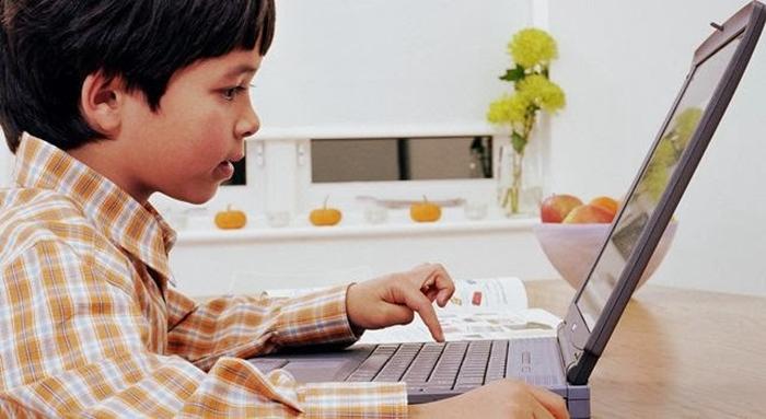 дитина грає на ноутбуці
