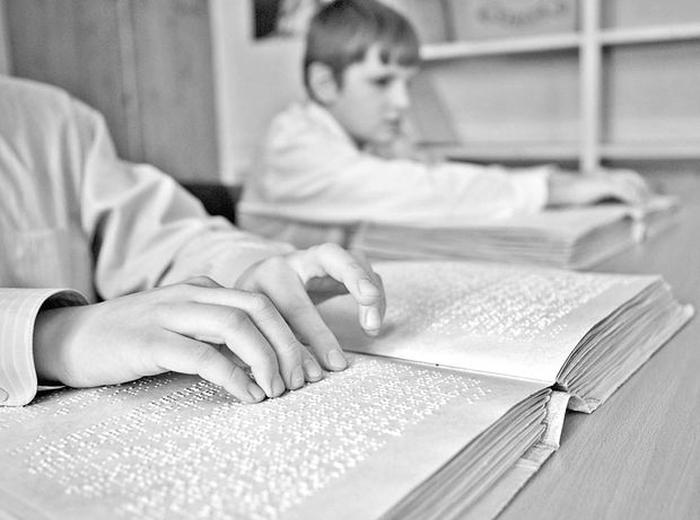 сліпі люди читають