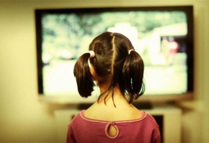дитина перед телевізором