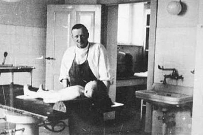 Юліус Галлерворден в своїй операційній