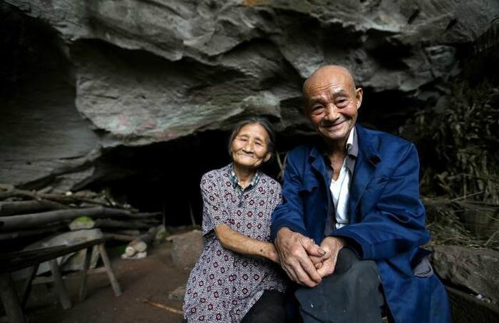 пара живе в печері 54 роки