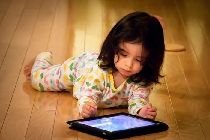 дитина з планшетом