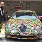 Jaguar з іграшковими машинками