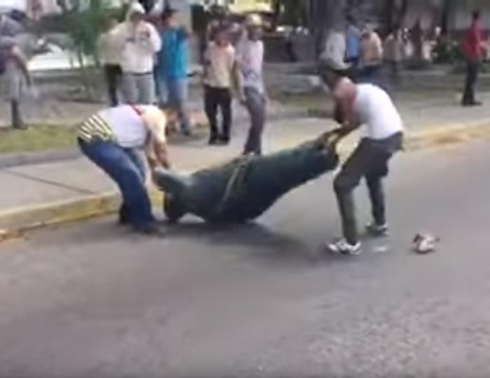 зруйнували пам'ятник Уго Чавесу