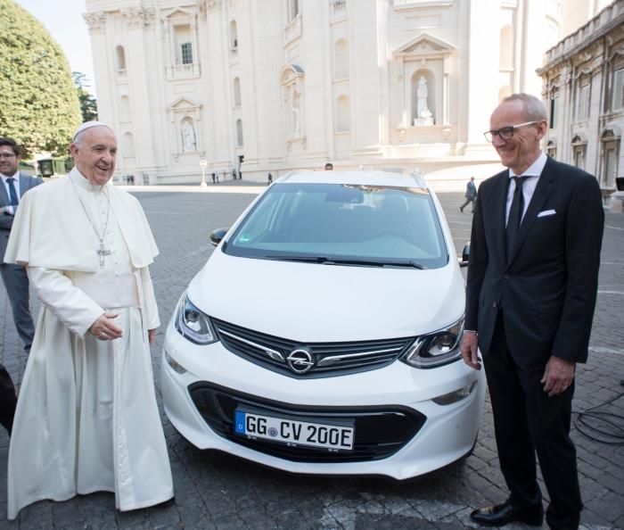 Opel Ampera-e папа римський