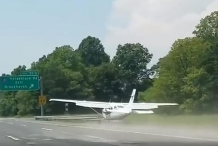 літак сів на дорогу в сша