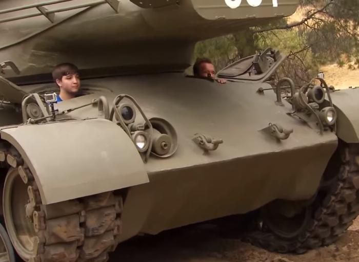 Шварценеггер покатав на танку