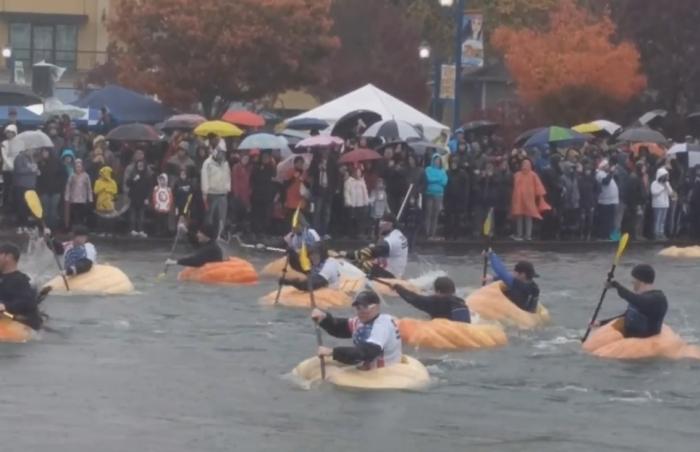 У США відбувся заплив на гігантських гарбузах
