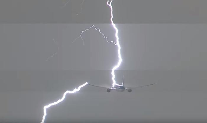 блискавка влучила в Boeing 777-300