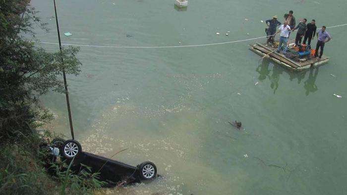 втопив машину заради страховки