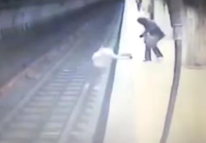 штовхнула під потяг