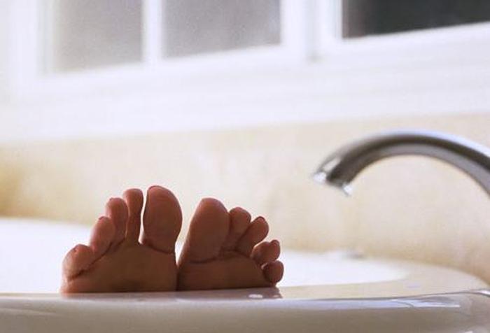 приймати ванну