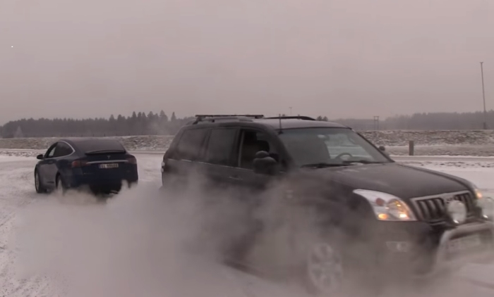 Tesla Model X vs Toyota Land Cruiser