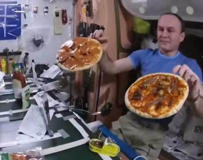піца в космосі