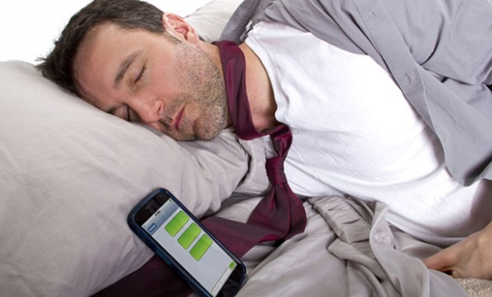 сон поруч зі смартфоном