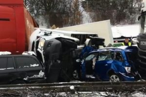 У Чехії через снігопад зіткнулися 40 авто
