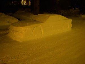 Канадець розіграв поліцію зробивши авто зі снігу