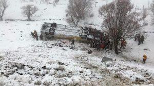 У Туреччині пасажирський автобус впав в замерзлий струмок: є жертви