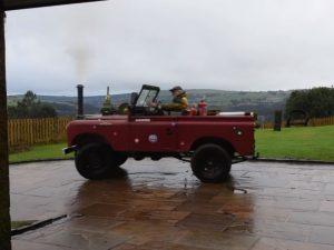 У Британії пенсіонер перетворив позашляховик Land Rover у паровоз