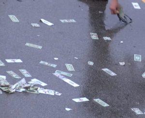 У США внаслідок ДТП дорогу засипало доларами