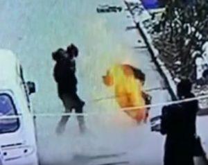 У Китаї підліток кинув петарду в каналізацію і злетів у повітря (відео)