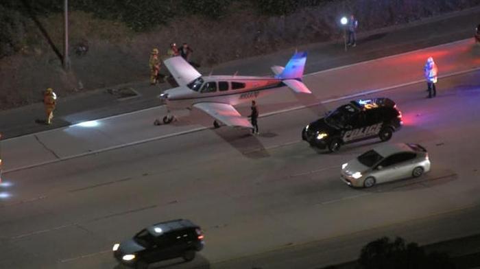 літак приземлився на дорогу