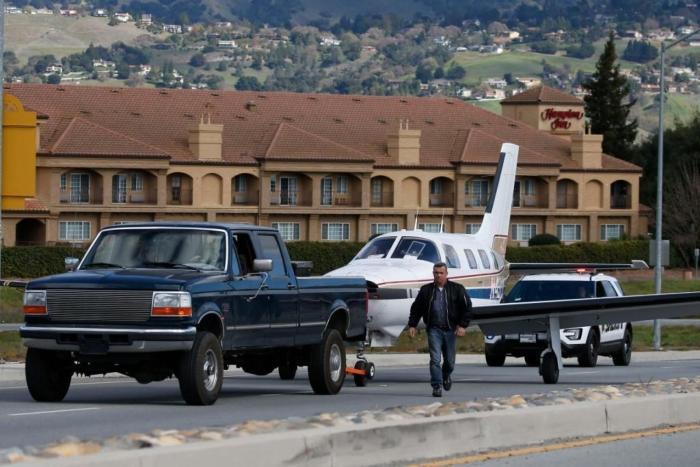 літак приземлився на шосе