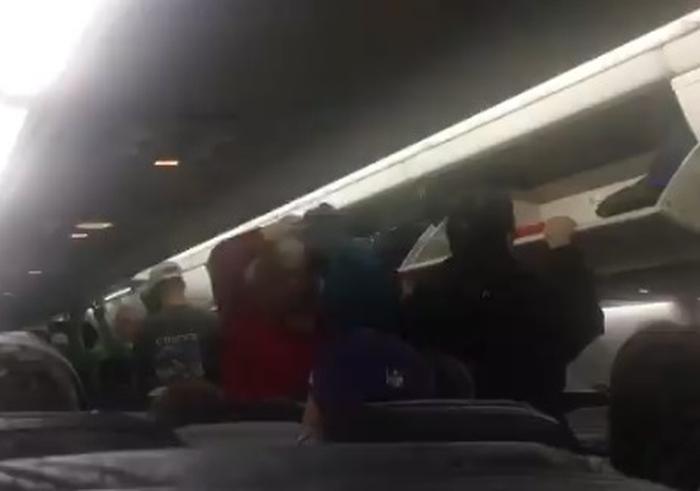 літак повернувся в аеропорт