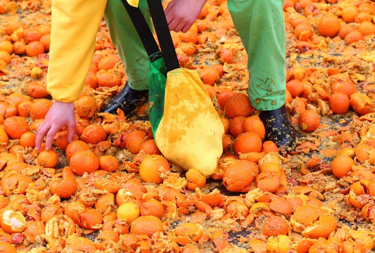 битва апельсинами в італії