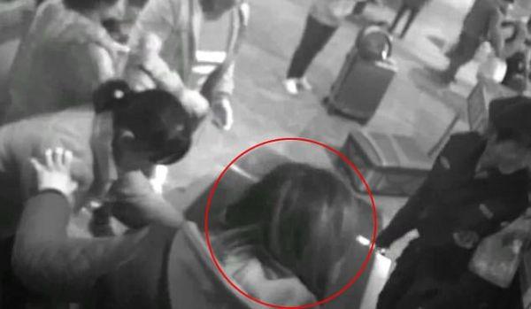 китаянка залізла в сканер зі своїм багажем
