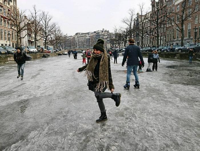 замерз канал амстердам