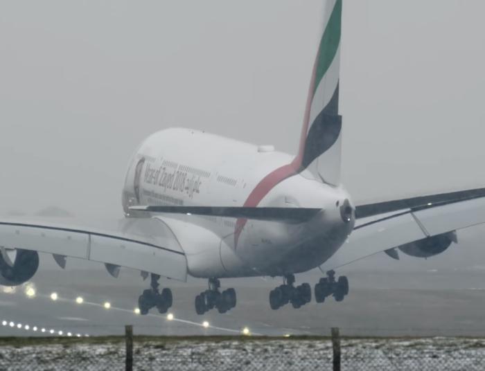 А-380 посадка в шторм