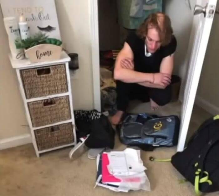 підпільно сидів у гардеробі