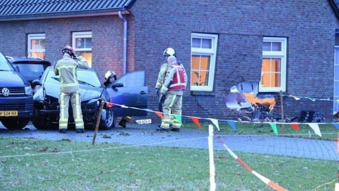 автомобіль протаранив будинок
